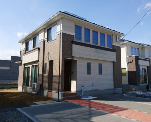 ブラウンとホワイトのシックなコントラストが美しいシンプルモダンの家