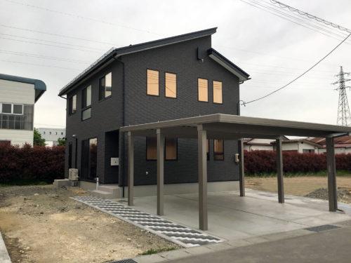 屋根と外壁タイルを黒に統一、重厚感と高級感ある家
